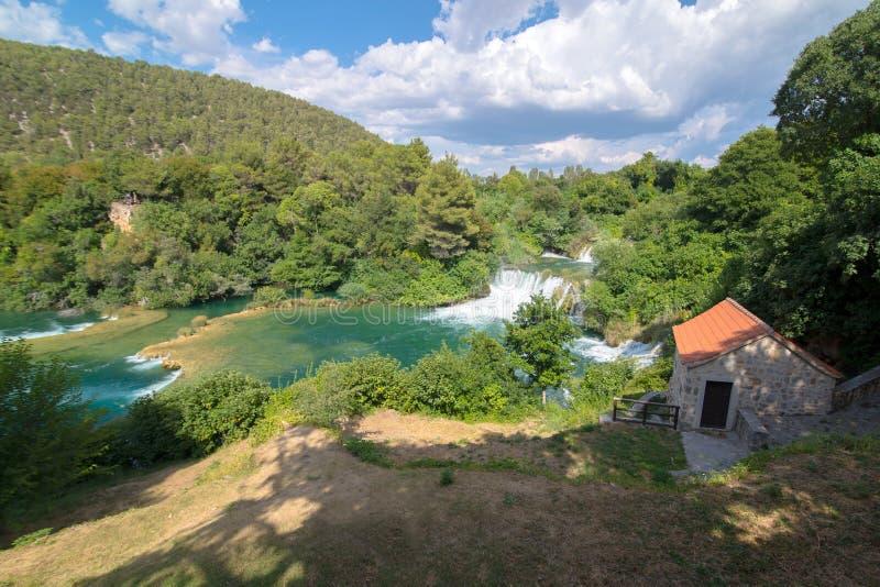 Panorama nad niektóre siklawami Krka rzeka w Krka obywatelu obrazy stock