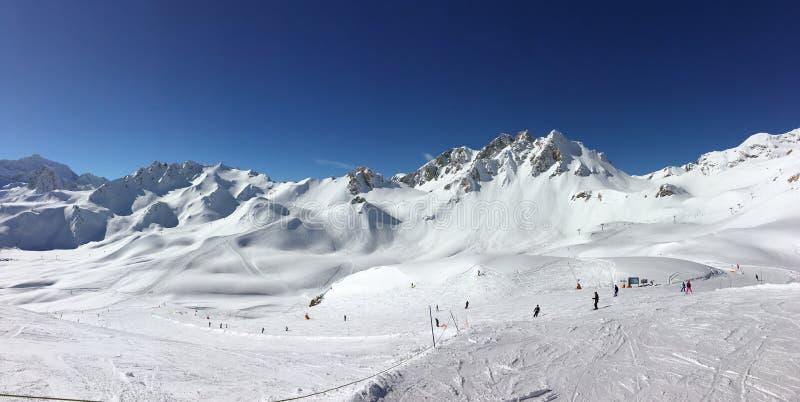 Panorama narciarscy skłony przy Tignes, ośrodek narciarski w Alps Francja obrazy royalty free