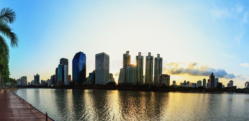 Panorama, nascer do sol da arquitetura da cidade de Banguecoque fotos de stock