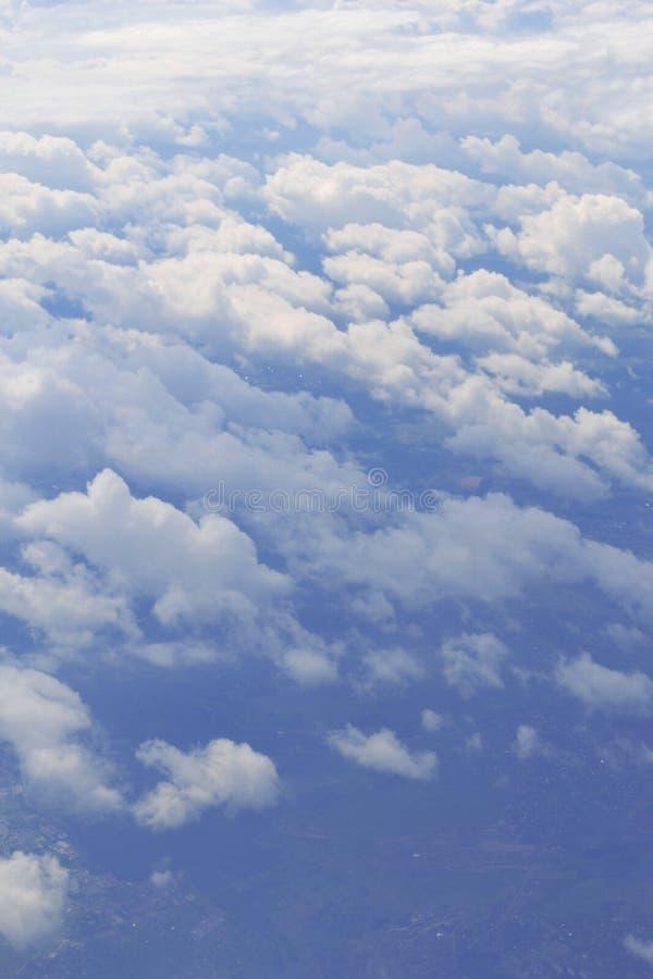 Panorama natural del cielo azul con las nubes ligeras del avión Concepto de transporte aéreo, viaje, turismo, negocio ambiental foto de archivo libre de regalías
