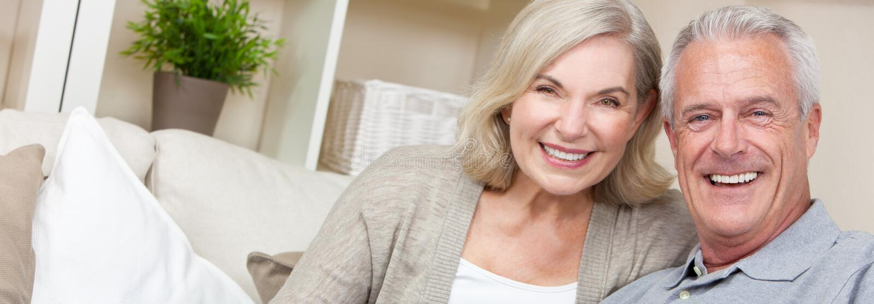 Panorama-Netz-Fahnen-glückliche älterer Mann-u. Frauen-Paare stockfotografie
