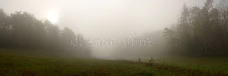 Panorama nevoento da angra de Cades fotos de stock