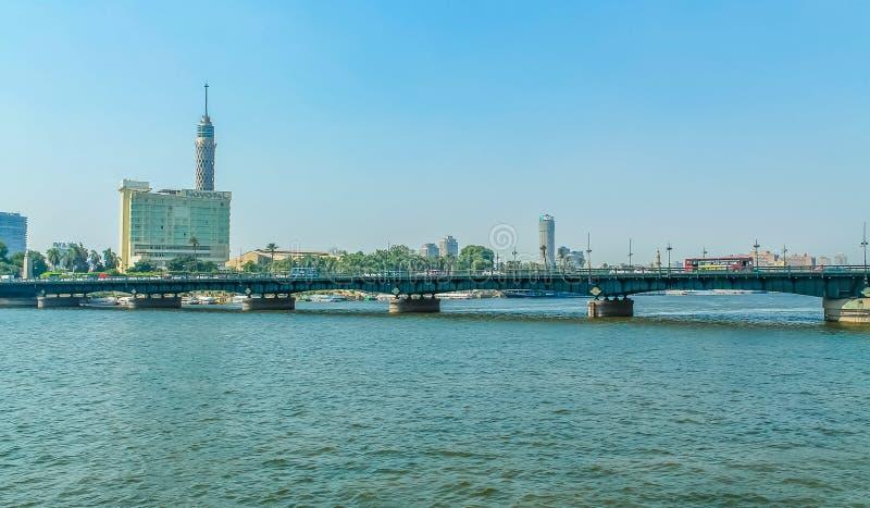 Panorama Nile Rivers, Ansicht der Kairo-Stadtbrückengebäude und -pyramiden stockfotografie