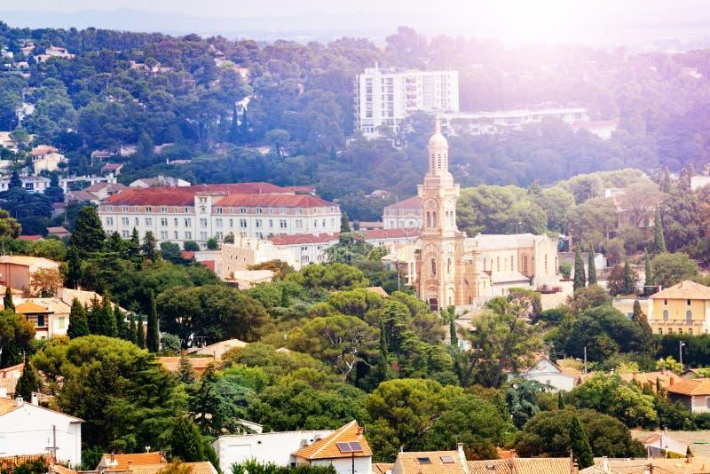 Panorama Nimes śródmieście i kościół, Francja zdjęcia royalty free