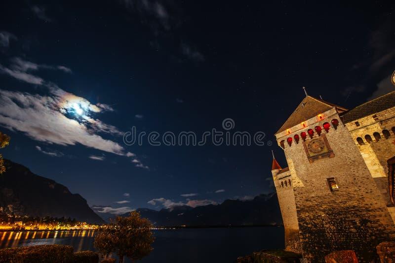 Panorama nocturno Chateau de Chillon fotografía de archivo libre de regalías