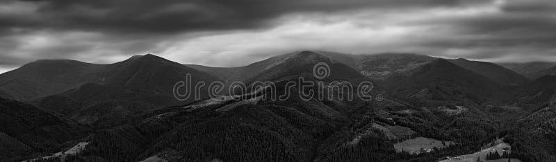 Panorama noir et blanc d'arête de Chornogora photos libres de droits