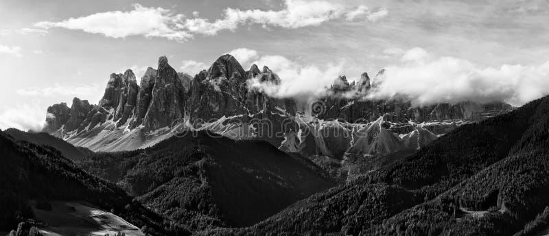 Panorama noir et blanc de groupe de dolomites de Geisler Odle photo stock