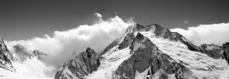 Panorama noir et blanc de montagne en nuages image stock