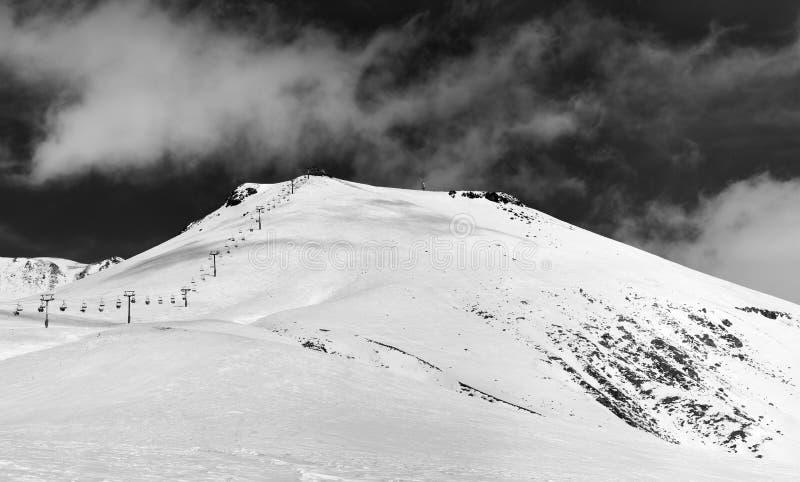 Panorama noir et blanc de station de sports d'hiver neigeuse au jour d'hiver du soleil photo libre de droits