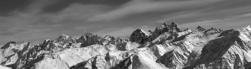 Panorama noir et blanc des montagnes d'hiver photographie stock