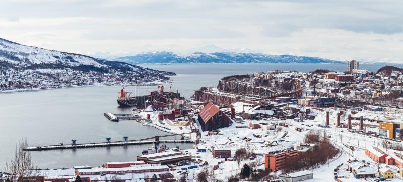 Panorama Noorwegen Narvik, mening van de stad en de baai, met één schip die omhoog bij de ijzerertsinstallatie worden geladen, ee stock fotografie