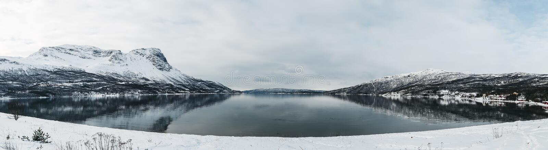 Panorama Noruega Rombaksfjorden, opinião do fiorde com as montanhas no lado em um dia de mola com o inverno que olha a paisagem imagem de stock