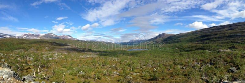 Panorama Norweska tundra z górami i jeziorem zdjęcia royalty free