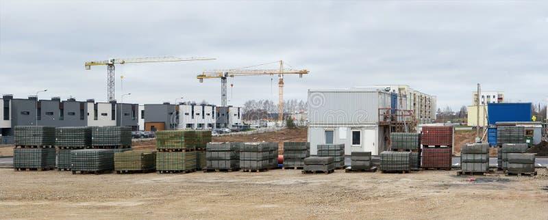 Panorama nowożytna standardowa budowa w małym Europie zdjęcie royalty free