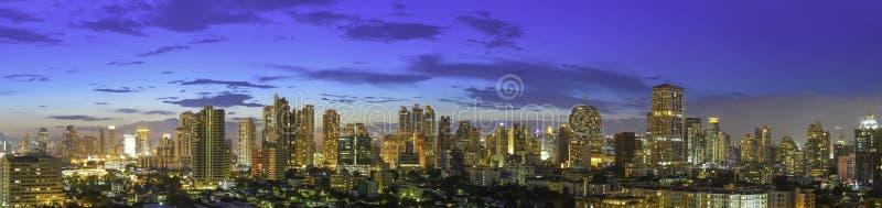 Panorama nowożytny wysoki budynek Bangkok biznesu centrum miasta obrazy stock