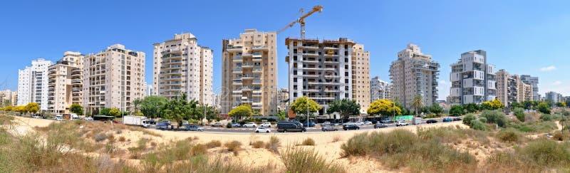 Panorama nowy obszar zamieszkały z nowożytnymi domami i wielki kształtować teren terytorium miasto Holon w Izrael zdjęcie stock