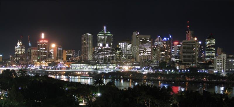Panorama - nuit de ville de fleuve @ photo stock
