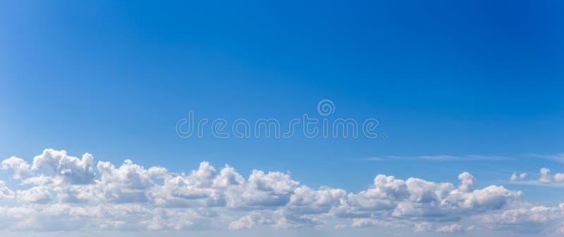 Panorama o foto panoramica di cielo blu e nuvole o cloudscape fotografia stock