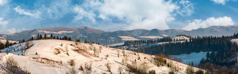 Panorama obszar wiejski w zimie Carpathians obrazy royalty free