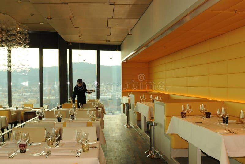 Panorama- och gastronomiskt inneställe: Restaurangen fördunklar överst arkivbild