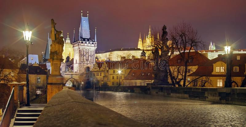 Panorama od Charles mostu Punktu zwrotnego przyciąganie w Praga: Praga kasztel i katolika Vitus Świątobliwa katedra - republika c obrazy stock