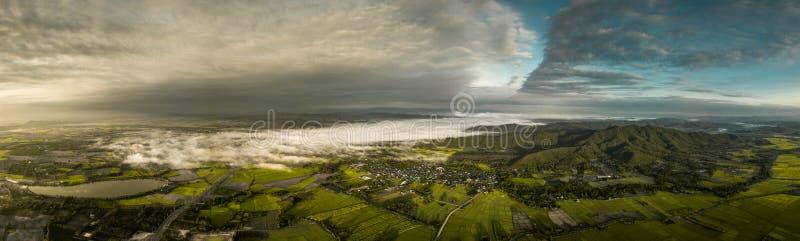 Panorama odgórnego widoku krajobrazowa góra i miasteczko w mglistym fotografia stock