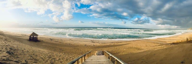 Panorama ondulado do mar Mediterrâneo no tempo do por do sol em Skikda Argélia fotos de stock