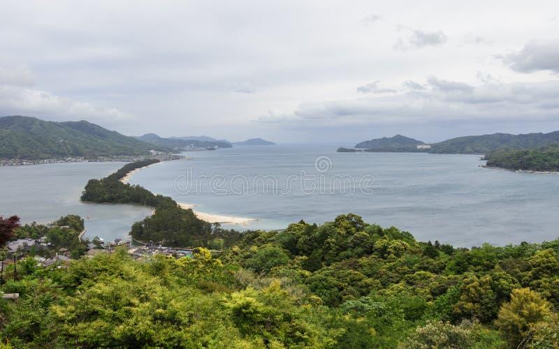 Panorama op Amanohashidate 'Hemel Brigde 'met de Baai en de Eilanden van Miyazu in een groen Landschap Miyazu, Japan, Azi? stock afbeeldingen