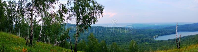 Panorama op blauw heuvels en meer stock foto's