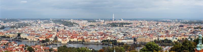 Panorama op Charls-Brug, Vltava-rivier, televisietoren en de oude stad van Praag, Tsjechische Republiek royalty-vrije stock foto
