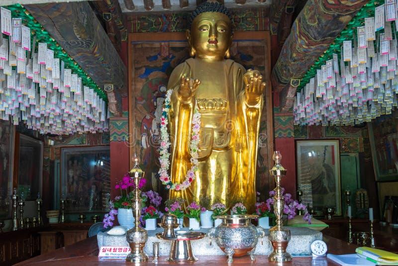Panorama op de grote gouden het bidden zitting Boedha Koreaanse boeddhistische Bunhwangsa-Tempel Gyeongju, Zuid-Korea, Azi? stock foto
