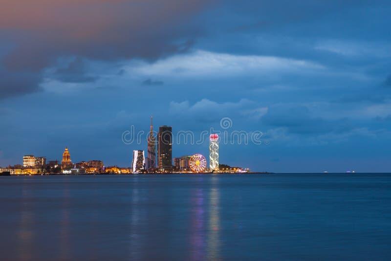 Panorama op de nacht verlichte gebouwen in Batumi, Georgië stock foto