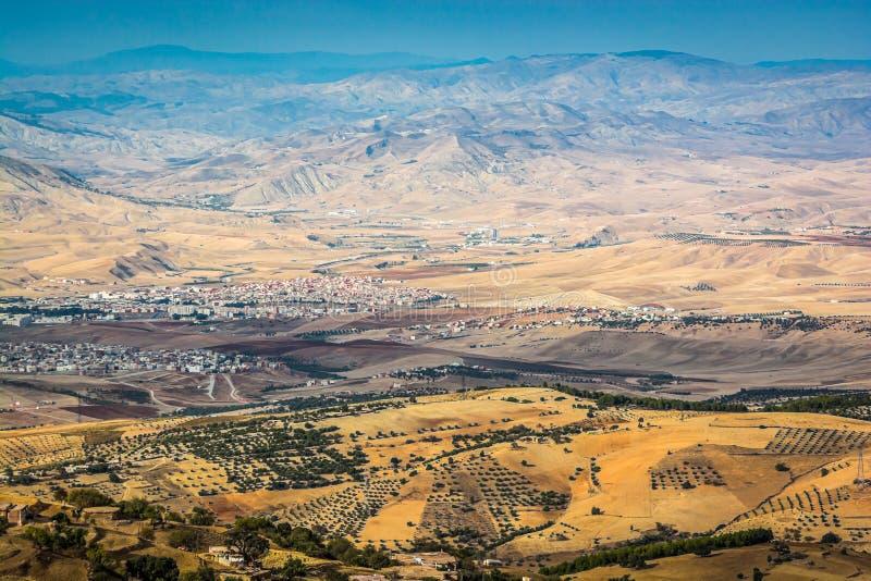 Panorama op de stad van Taza in Marokko van Nationaal park Tazekka stock foto's