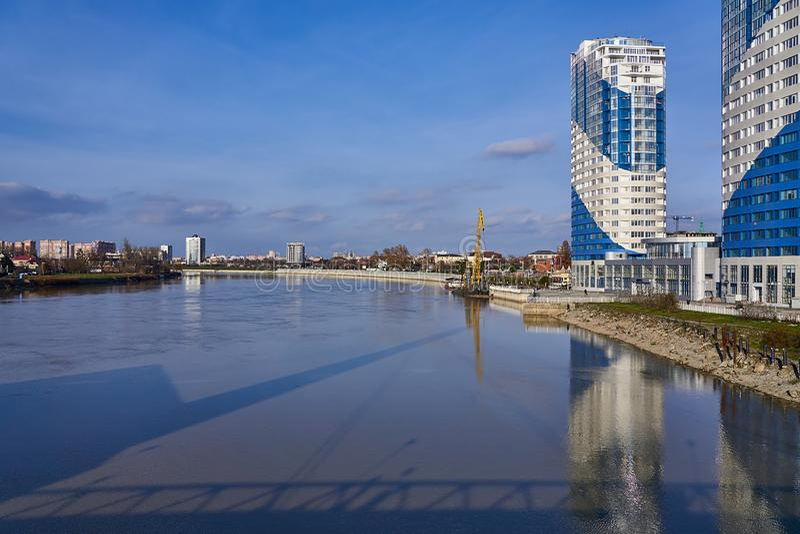 Panorama op het gebied van de Rivier van Kuban, die op de stad van Krasnodar wijst stock fotografie