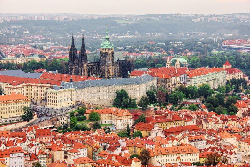 Panorama op het kasteel van Praag, St Vitus Cathedral en oud slepen stock afbeelding
