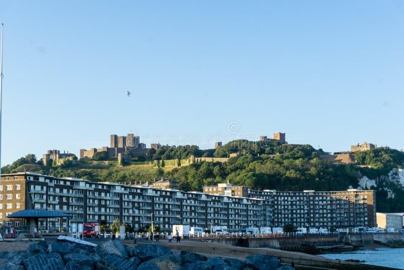 Panorama op het strand van Dover met kasteel op de achtergrond, Engeland stock afbeelding