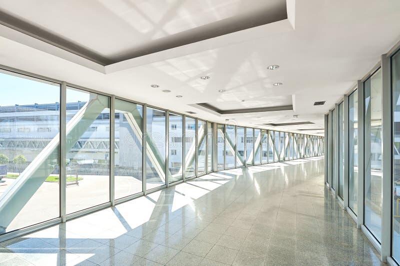 Panorama op lege bureauzaal met de vensters van de glasmuur gemaakt van metaal en glas Moderne gangmetaal en glasbouw royalty-vrije stock fotografie