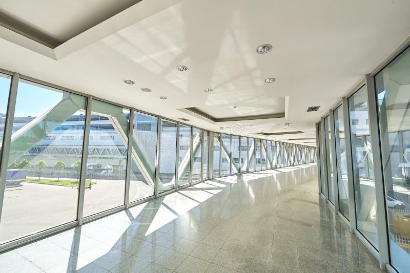 Panorama op lege bureauzaal met de vensters van de glasmuur gemaakt van metaal en glas Moderne gangmetaal en glasbouw royalty-vrije stock foto