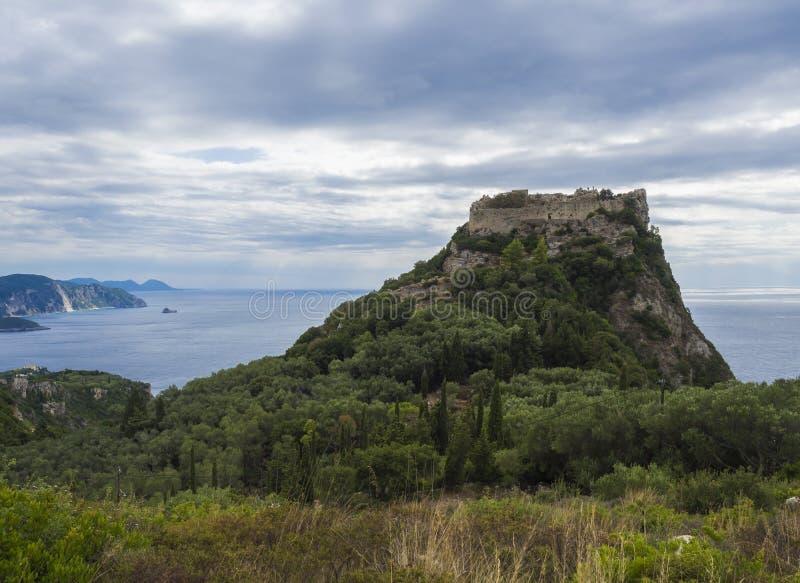Panorama op mooie Paleokastritsa-baai met zandstrand, bos, heuvels en rotsen, Korfu, Kerkyra, Griekenland stock afbeeldingen