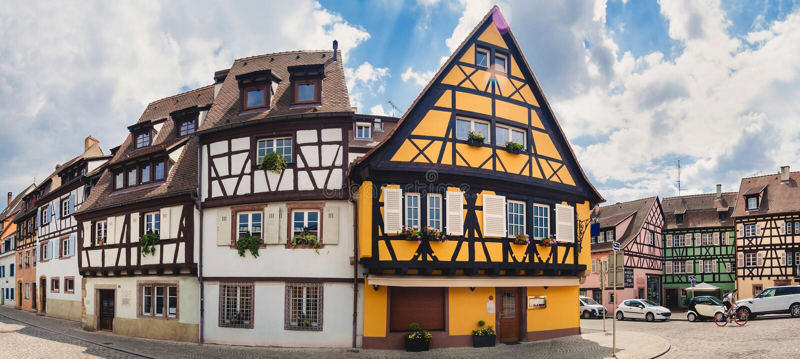 Panorama op oude straat met half betimmerde huizen in Colmar stock foto