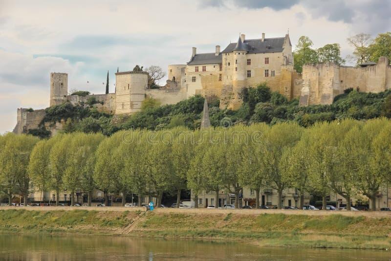 Panorama Opinión y fortaleza de la ciudad Chinon francia imagenes de archivo