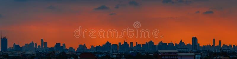 Panorama, Oranje hemel vóór zonsondergang, bij stadslandschap van Bangkok royalty-vrije stock foto