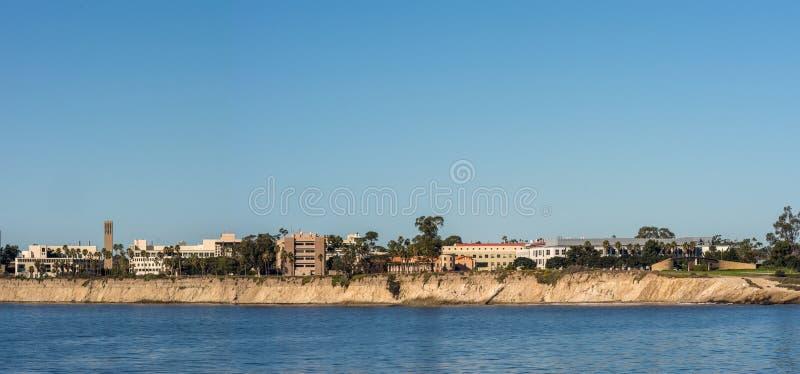 Panorama, orizzonte dell'UCSB visto dall'altro lato della baia di Goleta, California immagine stock libera da diritti
