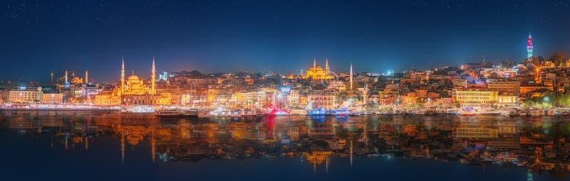 Panorama-OS Istanbul und Bosporus nachts stockfotografie
