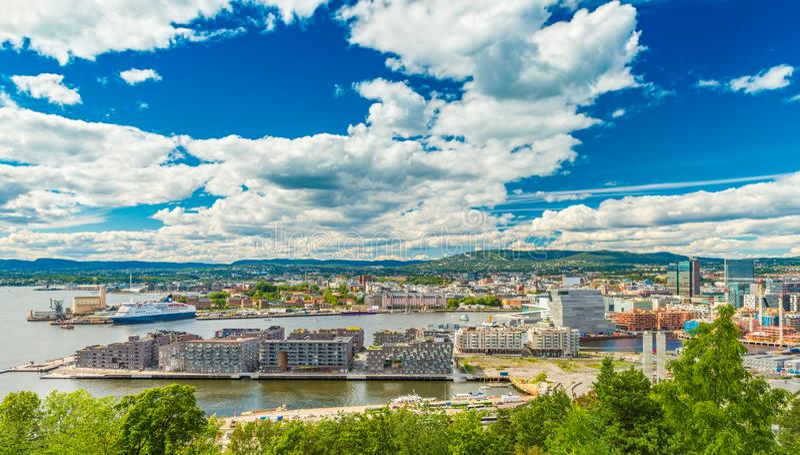 Panorama Oslo, Norwegia Piękny pejzaż miejski Skandynawski miasto na pogodnym letnim dniu obrazy stock