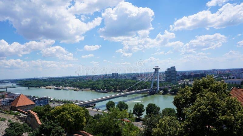 Panorama over Bratislava, Donau en nieuwe brug stock afbeeldingen