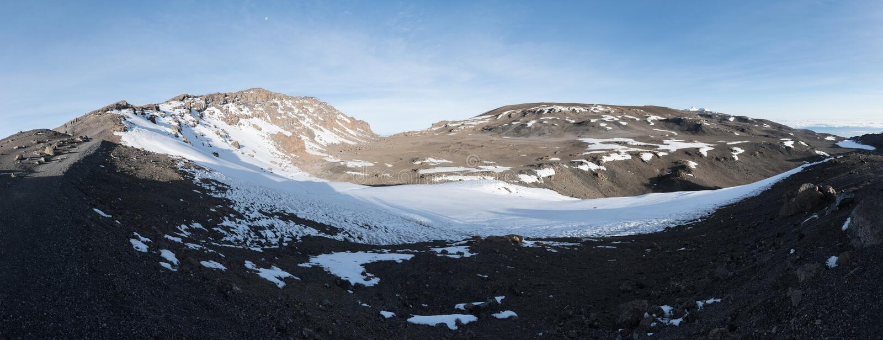 Panorama over de krater bij de bovenkant van Kilimanjaro die van dicht bij Stella Point wordt genomen royalty-vrije stock foto's