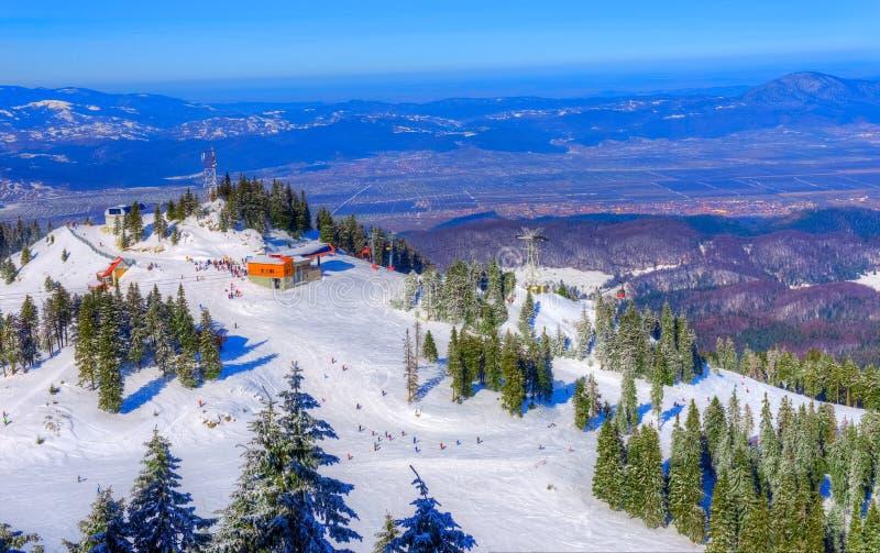 Panorama over de skihelling van Poiana Brasov, Roemenië royalty-vrije stock afbeeldingen