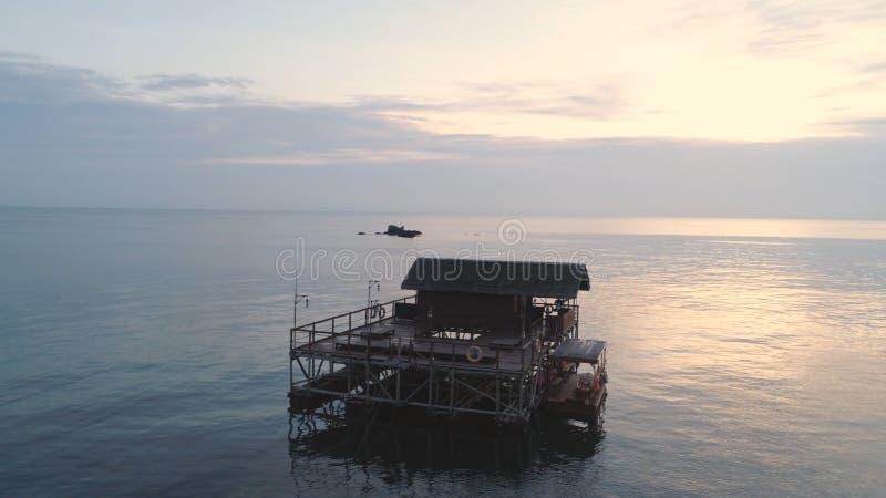 Panorama over een tropisch strand met bungalow over het overzees, Dubbelpunteiland, Caraïbische overzees schot Strandplattelandsh royalty-vrije stock afbeelding