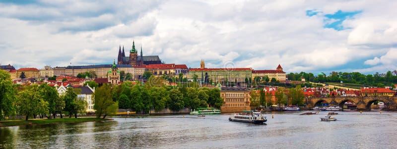 Panorama over het Kasteel van Praag met St Vitus Cathedral stock foto